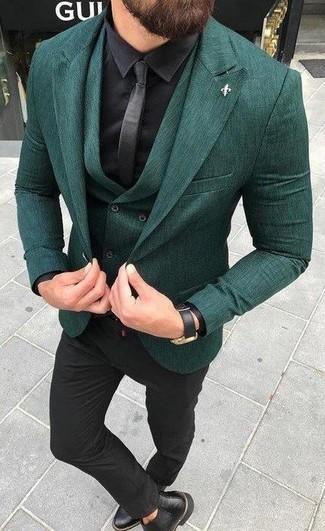 Cómo combinar: blazer verde oscuro, chaleco de vestir verde oscuro, camisa de vestir de seda negra, pantalón de vestir negro