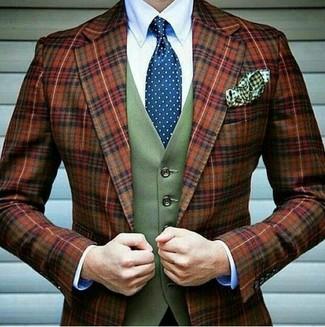 Cómo combinar: blazer de lana de tartán en tabaco, chaleco de vestir de lana verde oliva, camisa de vestir blanca, corbata a lunares azul