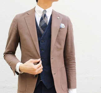 Cómo combinar un pañuelo de bolsillo de paisley blanco: Un blazer marrón y un pañuelo de bolsillo de paisley blanco son una opción incomparable para el fin de semana.