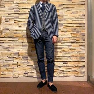 Cómo combinar: blazer de rayas verticales azul marino, chaleco de vestir gris, camisa de vestir celeste, vaqueros azul marino