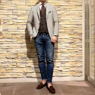 Cómo combinar: blazer de rayas verticales blanco, chaleco de vestir en marrón oscuro, camisa de vestir blanca, vaqueros azul marino
