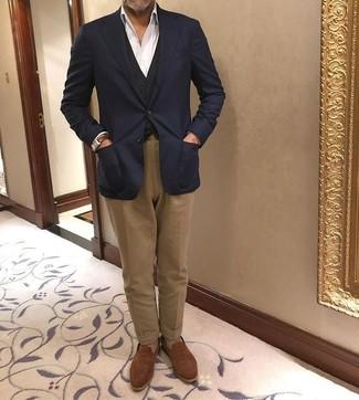 Cómo combinar: blazer azul marino, chaleco de vestir negro, camisa de vestir blanca, pantalón chino marrón