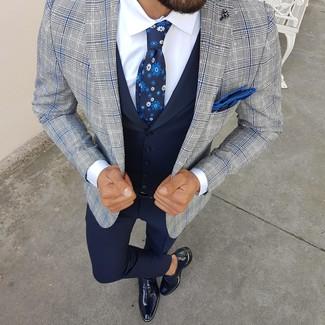 Cómo combinar: blazer de tartán gris, chaleco de vestir azul marino, camisa de vestir blanca, pantalón de vestir azul marino