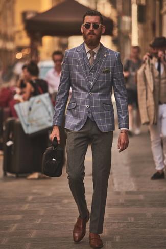 Look de moda: Blazer a cuadros azul marino, Chaleco de vestir a cuadros azul marino, Camisa de vestir blanca, Pantalón de vestir de lana en gris oscuro