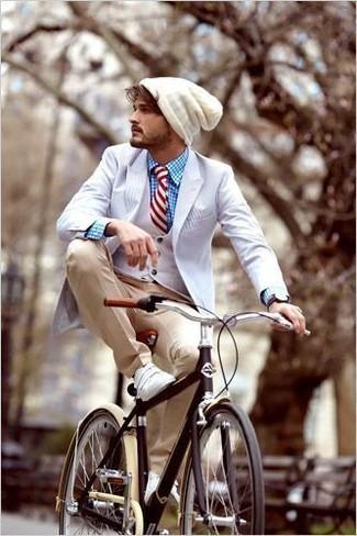 Cómo combinar: blazer blanco, chaleco de vestir blanco, camisa de vestir de tartán azul, pantalón de vestir marrón claro