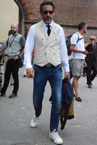 Cómo combinar una camisa de vestir: Si buscas un estilo adecuado y a la moda, considera ponerse una camisa de vestir y unos vaqueros azul marino. Tenis de cuero blancos añaden un toque de personalidad al look.