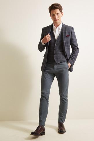 Cómo combinar un blazer: Opta por un blazer y un pantalón chino en gris oscuro para crear un estilo informal elegante. Zapatos oxford de cuero en marrón oscuro dan un toque chic al instante incluso al look más informal.