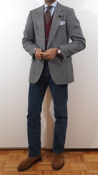 Cómo combinar unos botines chelsea de ante en tabaco: Empareja un blazer de lana de tartán gris junto a un pantalón chino azul marino para crear un estilo informal elegante. ¿Te sientes valiente? Haz botines chelsea de ante en tabaco tu calzado.