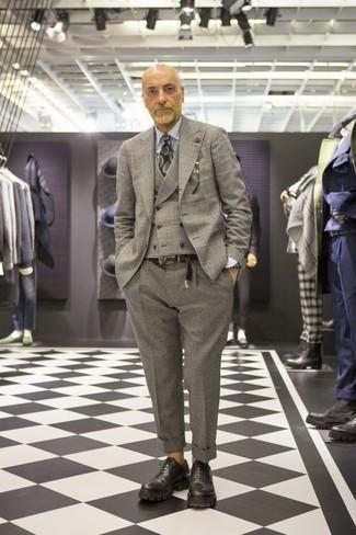 Cómo combinar un blazer de lana de tartán gris: Elige un blazer de lana de tartán gris y un pantalón de vestir de lana gris para rebosar clase y sofisticación. Zapatos oxford de cuero gruesos negros son una forma sencilla de mejorar tu look.