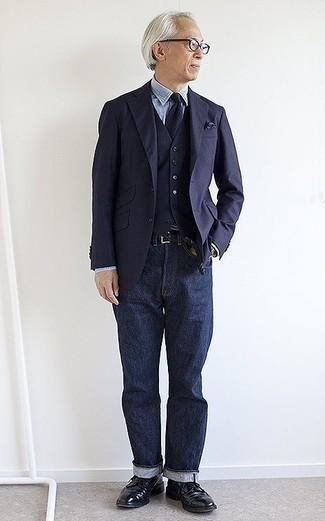 Cómo combinar unos vaqueros azul marino para hombres de 60 años: Si buscas un estilo adecuado y a la moda, usa un blazer azul marino y unos vaqueros azul marino. ¿Te sientes valiente? Completa tu atuendo con zapatos brogue de cuero negros.