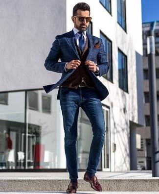 Un mocasín con borlas de vestir con unos vaqueros azul marino: Empareja un blazer azul marino con unos vaqueros azul marino para después del trabajo. Mocasín con borlas proporcionarán una estética clásica al conjunto.