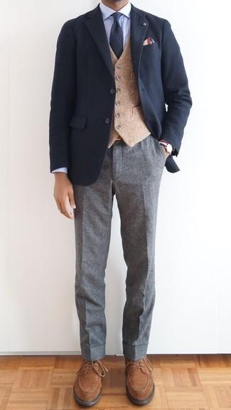 Cómo combinar un pantalón de vestir de lana gris estilo elegante: Opta por un blazer azul marino y un pantalón de vestir de lana gris para una apariencia clásica y elegante. Zapatos derby de ante marrónes son una opción perfecta para completar este atuendo.