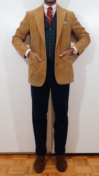 Cómo combinar una camisa de vestir de rayas verticales rosada: Elige una camisa de vestir de rayas verticales rosada y un pantalón chino de pana azul marino para un lindo look para el trabajo. Con el calzado, sé más clásico y opta por un par de zapatos derby de ante marrónes.