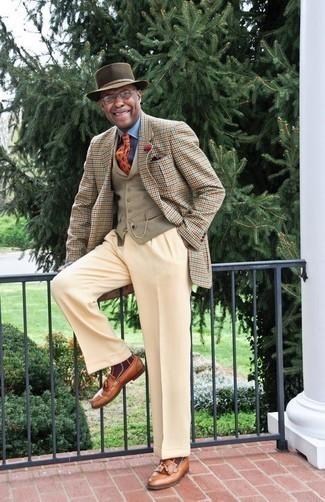 Cómo combinar un pantalón de vestir en beige: Emparejar un blazer de pata de gallo marrón claro con un pantalón de vestir en beige es una opción incomparable para una apariencia clásica y refinada. Mocasín con borlas de cuero en tabaco son una opción práctica para complementar tu atuendo.