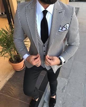 Cómo combinar un blazer de pata de gallo en blanco y negro: Intenta combinar un blazer de pata de gallo en blanco y negro junto a un pantalón chino negro para las 8 horas. ¿Te sientes valiente? Opta por un par de zapatos con doble hebilla de ante negros.