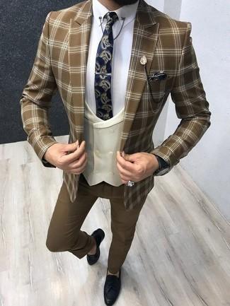 Cómo combinar un pantalón de vestir marrón: Considera ponerse un blazer de tartán marrón y un pantalón de vestir marrón para un perfil clásico y refinado. Mocasín con borlas de cuero azul marino son una opción perfecta para complementar tu atuendo.
