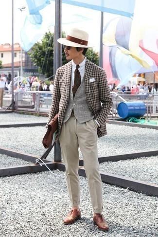 Cómo combinar un pantalón de vestir en beige: Elige un blazer de cuadro vichy marrón y un pantalón de vestir en beige para una apariencia clásica y elegante. Zapatos brogue de cuero en tabaco son una opción muy buena para complementar tu atuendo.