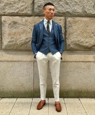 Cómo combinar un mocasín de cuero marrón: Ponte un blazer azul marino y un pantalón de vestir blanco para una apariencia clásica y elegante. Mocasín de cuero marrón son una opción buena para completar este atuendo.