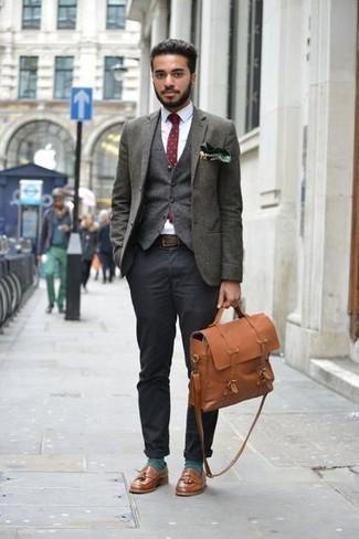 Cómo combinar un pañuelo de bolsillo estampado verde oscuro: Emparejar un blazer verde oscuro junto a un pañuelo de bolsillo estampado verde oscuro es una opción buena para el fin de semana. Usa un par de mocasín con borlas de cuero marrón para mostrar tu inteligencia sartorial.