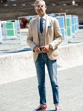 Cómo combinar un chaleco de vestir marrón claro: Emparejar un chaleco de vestir marrón claro junto a unos vaqueros azules es una opción perfecta para una apariencia clásica y refinada. Zapatillas altas de lona rojas contrastarán muy bien con el resto del conjunto.