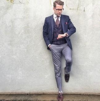 Cómo combinar un pantalón chino celeste: Haz de un blazer azul marino y un pantalón chino celeste tu atuendo para lograr un estilo informal elegante. Agrega mocasín con borlas de cuero burdeos a tu apariencia para un mejor estilo al instante.