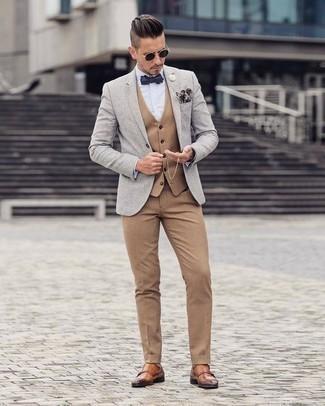 Cómo combinar un chaleco de vestir marrón claro: Utiliza un chaleco de vestir marrón claro y un pantalón de vestir marrón claro para una apariencia clásica y elegante. ¿Quieres elegir un zapato informal? Haz zapatos con doble hebilla de cuero en tabaco tu calzado para el día.