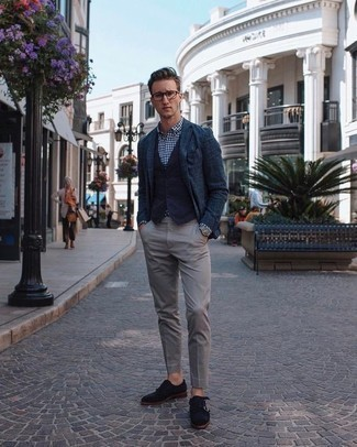 Cómo combinar un pantalón chino gris: Equípate un blazer azul marino junto a un pantalón chino gris para después del trabajo. ¿Te sientes ingenioso? Dale el toque final a tu atuendo con zapatos con doble hebilla de ante azul marino.