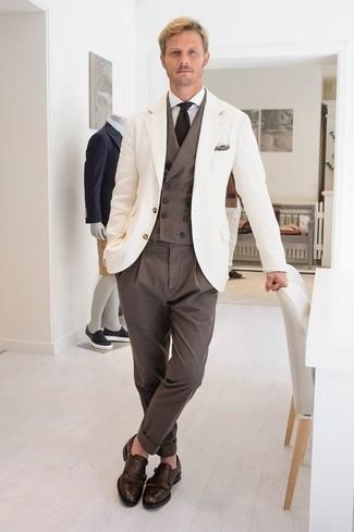 Cómo combinar una camisa de vestir blanca: Ponte una camisa de vestir blanca y un pantalón de vestir marrón para una apariencia clásica y elegante. Si no quieres vestir totalmente formal, usa un par de zapatos con doble hebilla de cuero en marrón oscuro.