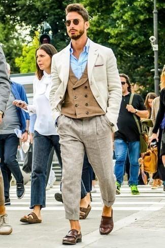 Cómo combinar un blazer en beige: Ponte un blazer en beige y un pantalón chino de lino gris para lograr un look de vestir pero no muy formal. ¿Te sientes valiente? Completa tu atuendo con mocasín de cuero сon flecos marrón.