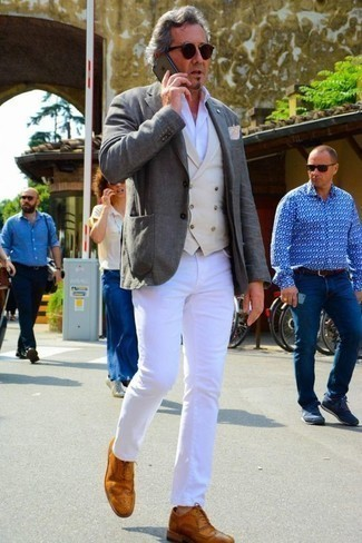 Cómo combinar un chaleco de vestir en beige: Considera emparejar un chaleco de vestir en beige junto a unos vaqueros blancos para rebosar clase y sofisticación. Zapatos brogue de cuero en tabaco son una opción práctica para complementar tu atuendo.