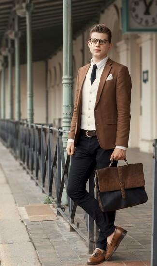 Cómo combinar un portafolio de cuero marrón: Considera emparejar un blazer marrón con un portafolio de cuero marrón para un look agradable de fin de semana. Mocasín con borlas de cuero marrón dan un toque chic al instante incluso al look más informal.
