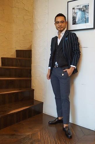 Cómo combinar un chaleco de vestir negro: Elige un chaleco de vestir negro y un pantalón chino azul marino para un perfil clásico y refinado. Mocasín de cuero negro son una opción perfecta para completar este atuendo.