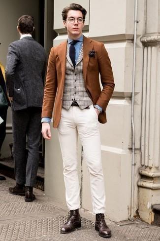 Cómo combinar unas botas casual de cuero en marrón oscuro para hombres de 20 años: Equípate un blazer en tabaco con un pantalón chino blanco para lograr un estilo informal elegante. Botas casual de cuero en marrón oscuro son una opción grandiosa para complementar tu atuendo.