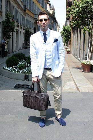 Cómo combinar un portafolio de cuero en marrón oscuro: Un blazer blanco y un portafolio de cuero en marrón oscuro son una opción excelente para el fin de semana. Con el calzado, sé más clásico y completa tu atuendo con mocasín de ante azul.