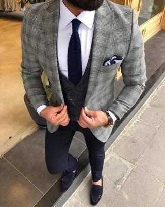 Cómo combinar un blazer de tartán gris: Emparejar un blazer de tartán gris junto a un pantalón de vestir azul marino es una opción incomparable para una apariencia clásica y refinada. Zapatos con doble hebilla de ante azul marino son una opción práctica para complementar tu atuendo.