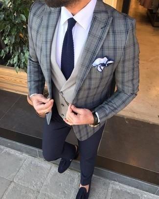 Cómo combinar un blazer de tartán gris: Empareja un blazer de tartán gris con un pantalón de vestir azul marino para un perfil clásico y refinado. Mocasín con borlas de ante azul marino son una opción inigualable para complementar tu atuendo.