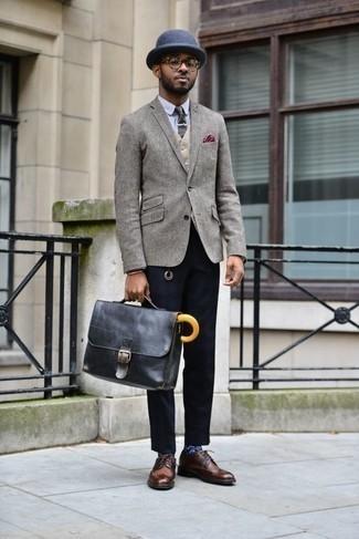 Cómo combinar un blazer de lana gris: Ponte un blazer de lana gris y un pantalón chino azul marino para un lindo look para el trabajo. Zapatos brogue de cuero marrónes dan un toque chic al instante incluso al look más informal.