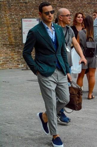 Cómo combinar un pantalón de vestir gris: Casa un blazer verde oscuro con un pantalón de vestir gris para rebosar clase y sofisticación. ¿Quieres elegir un zapato informal? Opta por un par de zapatillas slip-on de lona azul marino para el día.