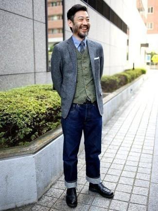 Cómo combinar un blazer de lana gris: Emparejar un blazer de lana gris junto a unos vaqueros azul marino es una opción práctica para un día en la oficina. Botas casual de cuero negras son una opción muy buena para complementar tu atuendo.