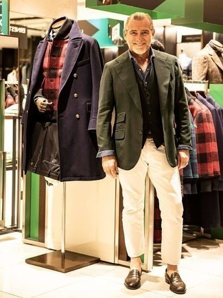 Cómo combinar un chaleco de vestir: Elige un chaleco de vestir y unos vaqueros en beige para una apariencia clásica y elegante. ¿Te sientes valiente? Complementa tu atuendo con mocasín de cuero marrón.
