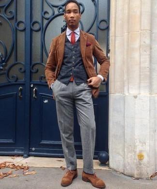 Cómo combinar un chaleco de vestir: Emparejar un chaleco de vestir con un pantalón de vestir gris es una opción incomparable para una apariencia clásica y refinada. ¿Te sientes valiente? Completa tu atuendo con zapatos oxford de ante marrónes.