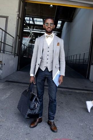 Cómo combinar: blazer gris, chaleco de vestir de cuadro vichy gris, camisa de vestir blanca, vaqueros azul marino