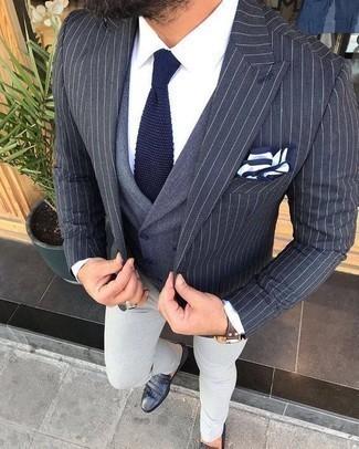 Cómo combinar un mocasín de cuero сon flecos negro: Emparejar un blazer de rayas verticales azul marino junto a un pantalón chino gris es una opción excelente para un día en la oficina. Mocasín de cuero сon flecos negro añaden la elegancia necesaria ya que, de otra forma, es un look simple.