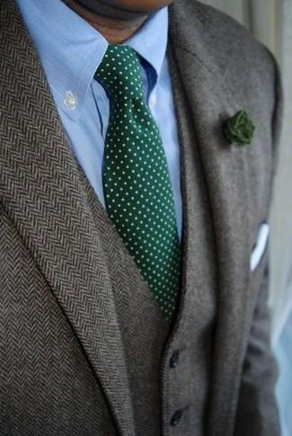 Cómo combinar: blazer de lana de espiguilla gris, chaleco de vestir de lana de espiguilla gris, camisa de vestir celeste, corbata a lunares verde oscuro