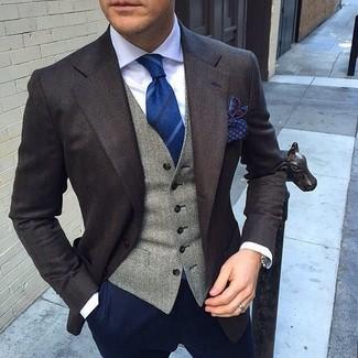 Si buscas un look en tendencia pero clásico, usa una parte de arriba blanca y un pantalón chino azul marino.