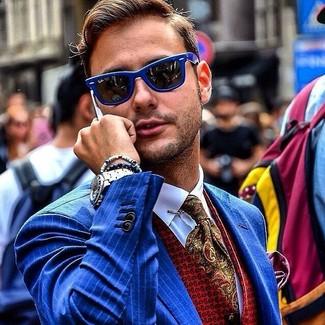 Cómo combinar: blazer de rayas verticales azul, chaleco de vestir estampado rojo, camisa de vestir blanca, corbata de paisley verde oliva