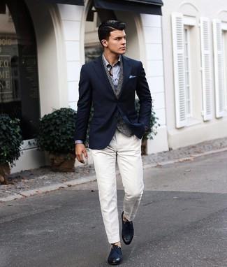 Cómo combinar un pañuelo de bolsillo celeste: Para un atuendo tan cómodo como tu sillón equípate un blazer azul marino con un pañuelo de bolsillo celeste. Con el calzado, sé más clásico y opta por un par de zapatos derby de lona azul marino.