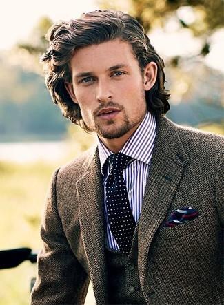 Cómo combinar: blazer de lana de espiguilla marrón, chaleco de vestir de lana de espiguilla marrón, camisa de vestir de rayas verticales en blanco y azul marino, corbata a lunares en azul marino y blanco
