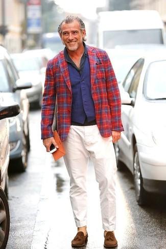 Cómo combinar: blazer de tartán en rojo y azul marino, chaleco de vestir azul marino, camisa polo en gris oscuro, pantalón chino blanco