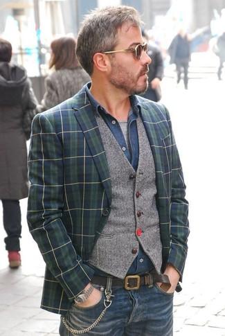 Cómo combinar: blazer de tartán en azul marino y verde, chaleco de vestir de lana gris, camisa vaquera azul marino, camiseta con cuello circular gris